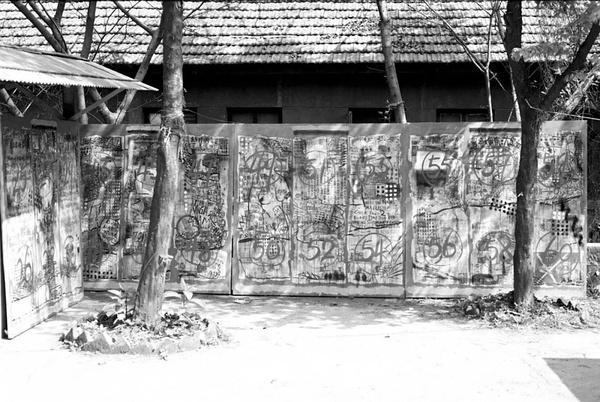 叶永青《大招贴》系列  摄于四川美院  1992年  图片由艺术家和余德耀基金会惠允