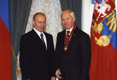 戈尔杰耶夫先生在授衔仪式后与普京留影